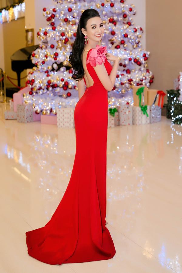 Người đẹp quê Khánh Hòa diện váy đỏ rực của nhà thiết kế Minh Tú, khoe lưng trần sexy.