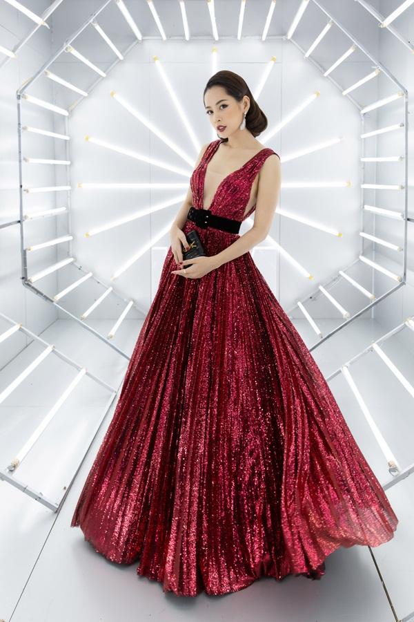 Màu đỏ phù hợp không khí mùa lễ hội được Chi Pu cập nhật khi xuất hiện tại show diễn của nhà thiết kế Chung Thanh Phong. Chi tiết hở ngực sâu tiếp tục tạo nên điểm nhấn thể hiện đúng hình ảnh
