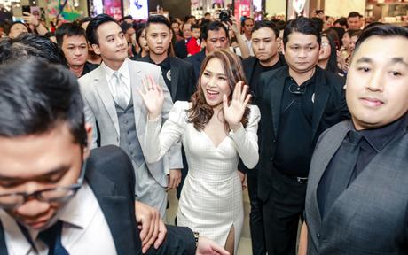 Mỹ Tâm tươi cười khi thấy nhiều khán giả và bạn bè nghệ sĩ chào đón cô. Nữ ca sĩ và bạn diễn Mai Tài Phến được một dàn vệ sĩ giúp dẹp đường để tách đám đông, tiến vào sân khấu lễ ra mắt phim.