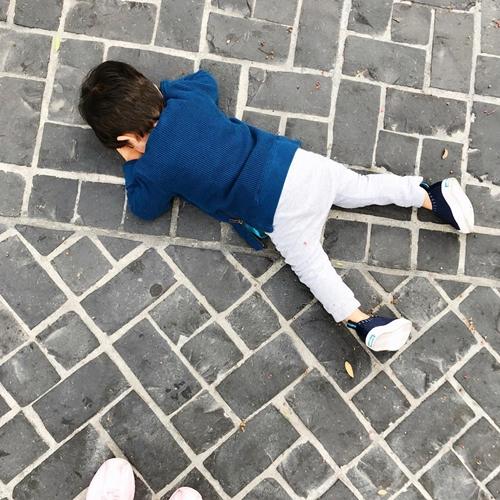 Nikash nằm lăn xuống đất ăn vạ.