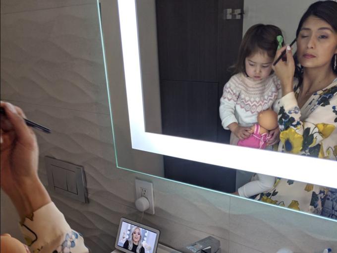 Rincon sửa soạn cho con gái đi học, đôi khi thử nghiệm vài kiểu tóc cho bé. Cô nhờ đến thiết bị thông minh của công ty để trang điểm cho mình. Tôi không biết make up cho tới 10 năm trở lại đây, nên phải xem video trên YouTube và học theo, cô nói.