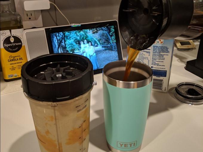Có thời gian, Rincon sẽ làm thức uống protein từ bơ lạc, sữa hạnh nhân, chuối và cải xoăn cho ngày mới. Cô mang nó kèm cà phê khi lên xe.
