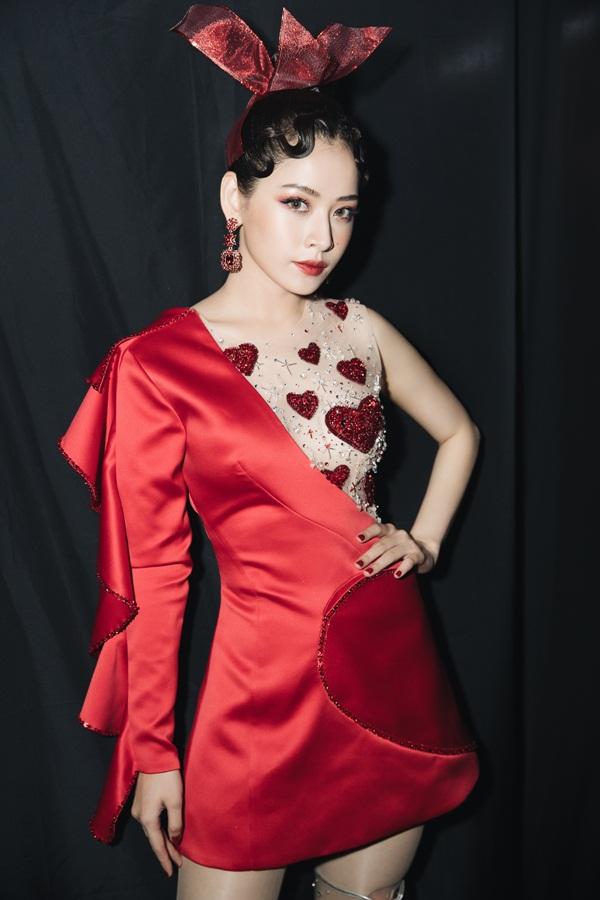 Hầu hết các trang phục đều được Chi Pu và stylist đặt riêng với các nhà thiết kế Việt Nam, vừa giúp tôn vóc dáng một cách tốt nhất vừa tránh đảm bảo tránh đụng hàng với nhiều mỹ nhân khác.