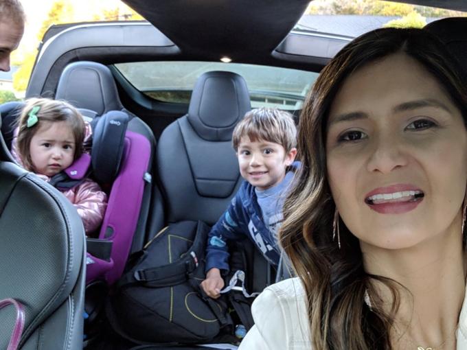 Người mẹ lái xe đưa các con tới trường, cùng nghe nhạc phát bởi trợ lý ảo Google. Bằng cách nảy, Rincon tranh thủ test sản phẩm đang làm. Gần đây, cô chiều con bằng các bài hát trong phim Coco chúng thích.
