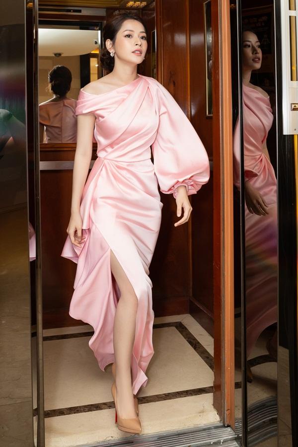 Chi Pu gợi ý kiểu váygam màu hồng pastel của Lê Thanh Hòa chonhững buổi tiệc sang trọng. Việc chiếc váy có chi tiết tay phồng, tổng thể bất đối xứng là lưu ý quan trọng để phái đẹp hạn chế phù kiện, đồng thời phối giày cao gót màu nude ton-sur-ton.