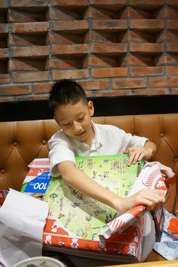 Con trai lớn của Jennifer Phạm ngày càng cao, thân hình dong dỏng. Về nước sinh sống và học tập đã được nửa năm, Bảo Nam dần quen với môi trường Việt Nam.