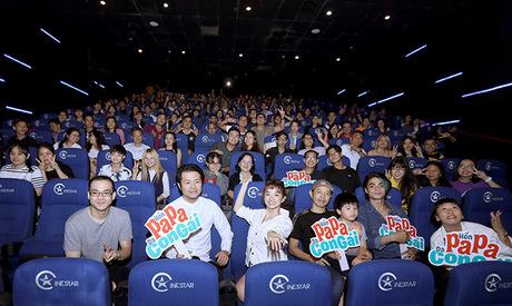 (Trái sang) Biên kịch Michael Thai, đạo diễn Ken Ochiai, Kaity Nguyễn, Thái Hòa, Gi A Nguyễn, Trang Hý giao lưu cùng khán giả tại rạp chiếu.