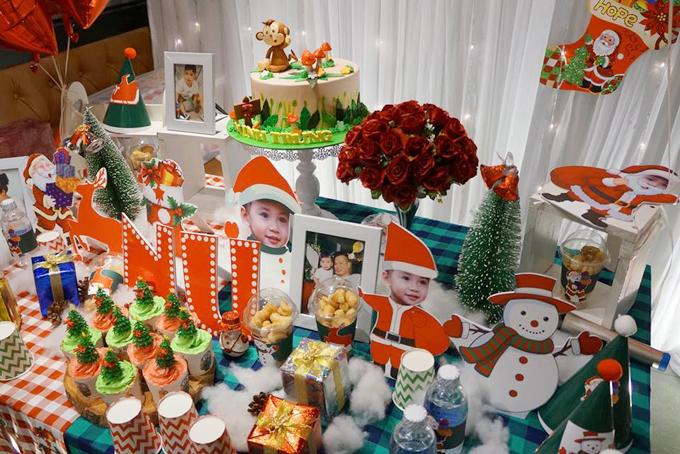 Bàn tiệc với bánh và nhiều món đồ trang trí đáng yêu.