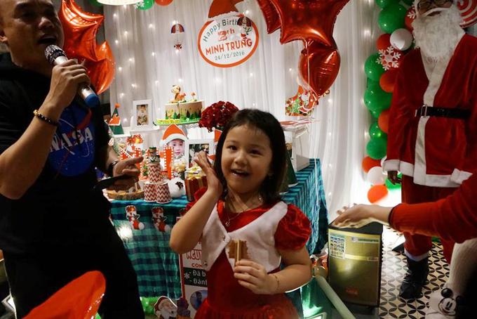 Bé Na vốn tinh nghịch nên suốt tiệc sinh nhật của em trai, cô nhóc chạy nhảy khắp chốn.