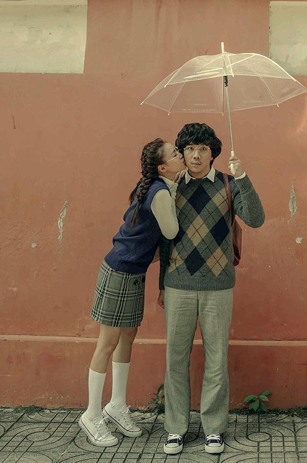 Lan Ngọc hôn Trấn Thành trong một cảnh phim. Cua lại vợ bầu khởi chiếu toàn quốc ngày 5/2 (Mùng 1 Tết Kỷ Hợi).