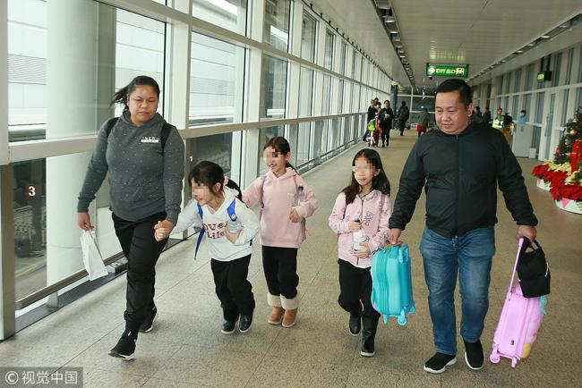 Ba con của Lê Tư được các vú em chăm sóc. Cả gia đình vừa có chuyến du lịch cuối năm và đón năm mới, tuy nhiên điểm đến của họđược giữ bí mật.