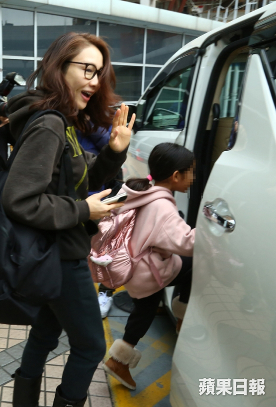 Tại cửa xe, Lê Tư gửi lời chúc mừng năm mới tới cánh báo chí.
