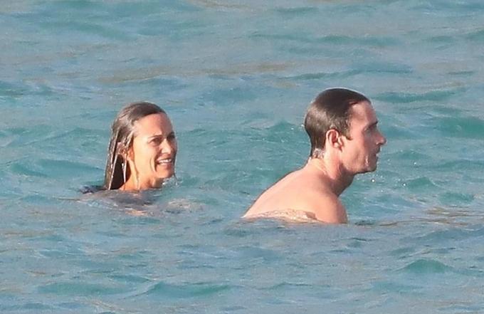 Cô dành phần lớn thời gian ngụp lặn, bơi lội dưới biển cùng chồng.