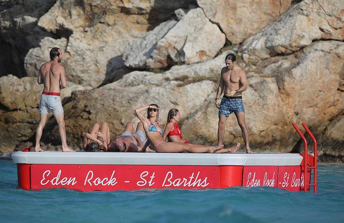 Trong khi đó, em chồng Spencer Matthews và ngượi vợ siêu mẫu Vogue Williams cùng James Middleton và bạn gái tắm nắng trên một tấm phao nổi.