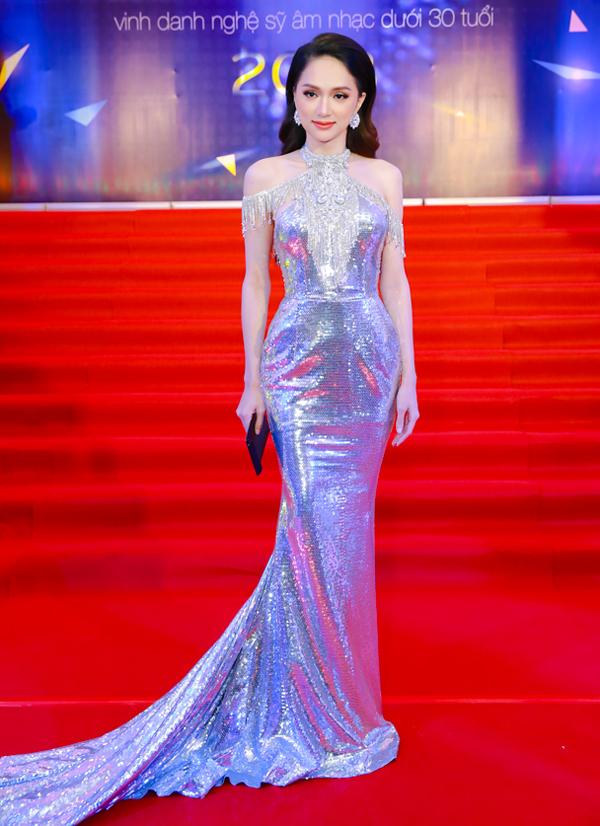 Hoa hậu chuyển giới quốc tế Hương Giang điệu đà trong thiết kế ánh kim, dài quét đất.