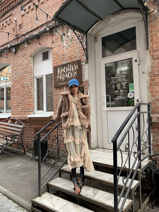 Các kiểu áo khoác lông, áo trần bông vẫn không mất đi vị thế ở trào lưu ăn mặc thịnh hành. Nhiều cô nàng chọn chúng để mix đồ phá cách cùng váy xuyên thấu, quần suông dáng rộng và các kiểu chân váy.