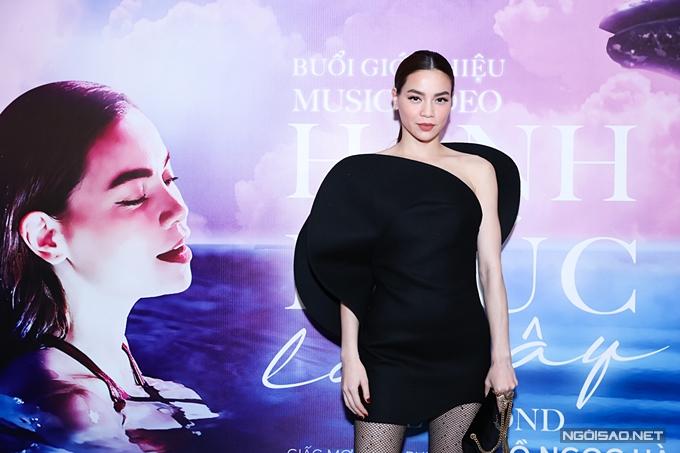 Hồ Ngọc Hà diện váy thương hiệu Saint Laurent tại buổi ra mắt MV Hạnh phúc là đây.
