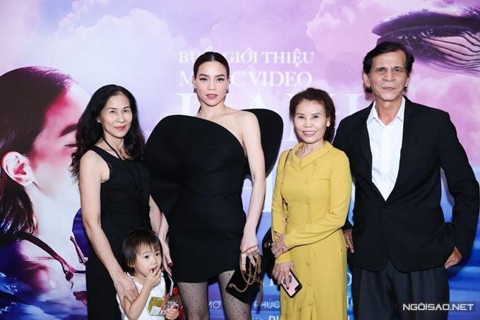 Bố mẹ Hồ Ngọc Hà (phải) đến mừng con gái ra mắt MV mới. Bạn trai Kim Lý của nữ ca sĩ vắng mặt vì bận công việc riêng.