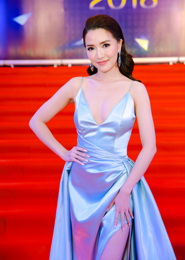 Ca sĩ Bích Phương không kém cạnh dàn hoa hậu về độ gợi cảm.
