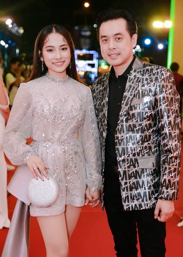 Nhạc sĩ Dương Khắc Linh nắm chặt tay bạn gái Sara Lưu.