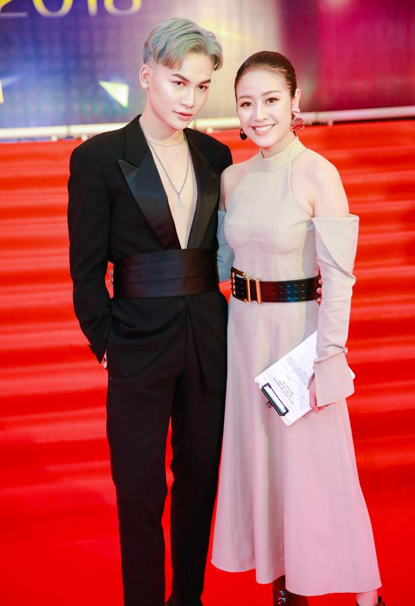 Ca sĩ Ali Hoàng Dương (trái) và MC Phí Thùy Linh.