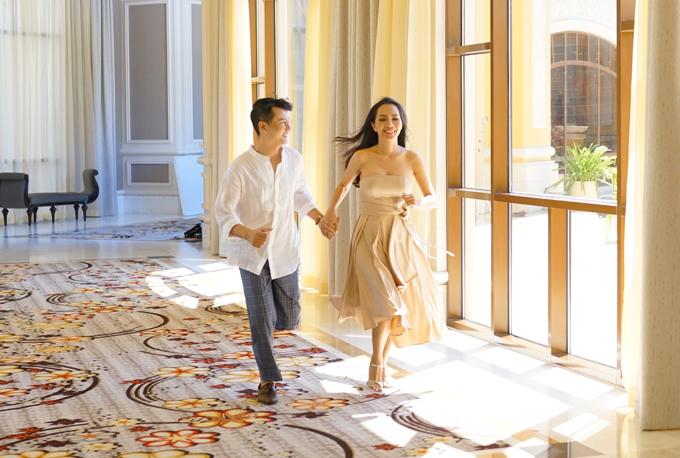 Sau thời gian im ắng, Hoàng Bách trở lại đường đua Vpop với MV mới Mình già đi cùng nhau. Anh tiết lộ đây là sản phẩm kỷ niệm 12 năm ngày cưới. Nam ca sĩ mời cả mẹ, vợ và hai con diễn cùng mình.