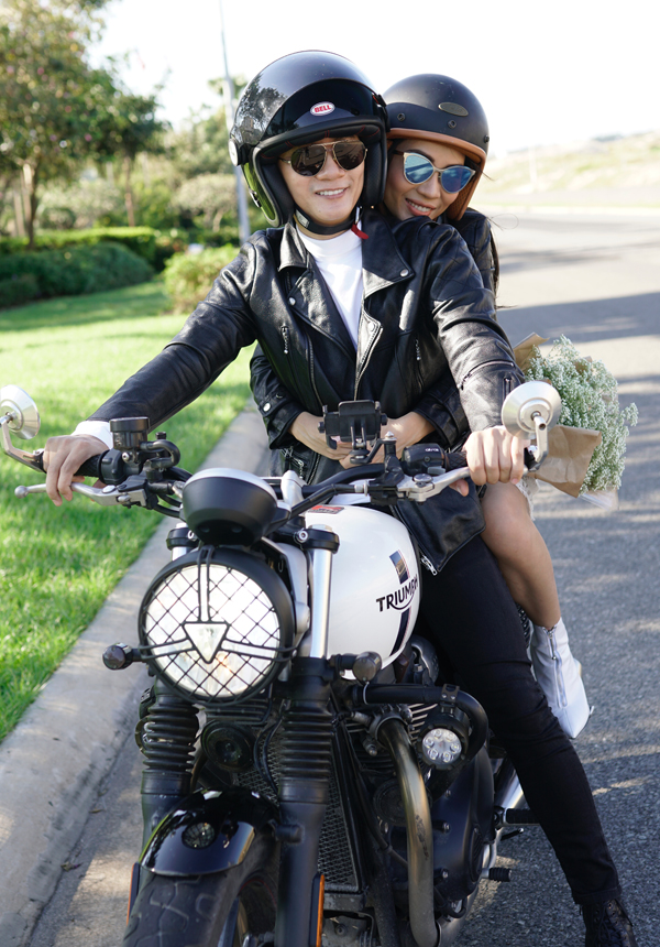 Vợ chồng Hoàng Bách có cảnh lái xe môtô từ Sài Gòn về Vũng Tàu du hí. Cả hai cưới đã hơn một thập kỷ nhưng tình cảm vẫn mặn nồng như ngày đầu. Hoàng Bách từng khiến khán giả bất ngờ khi kết hôn ở tuổi 26 - lúc đang ở đỉnh cao sự nghiệp. Tuy nhiên, đến nay nhìn lại, anh chưa từng hối hận vì quyết định đó của mình.