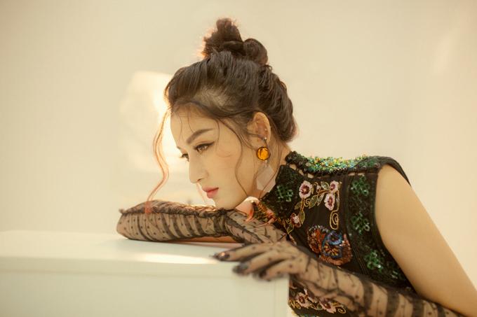 Bộ ảnh được thực hiện bởi stylist Lê Minh Ngọc, make-up Hiwon.