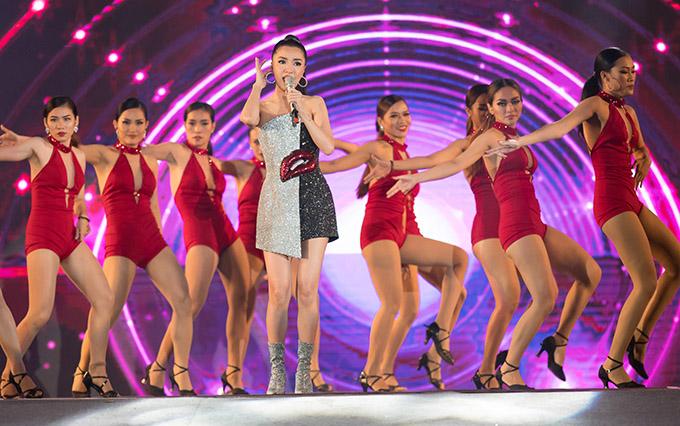 Ca sĩ Bích Phương khoe vai trần, chân thon khi thể hiện bản hit Bùa yêu cùng dàn vũ công sexy.