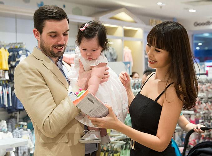 Bé Myla tỏ ra háo hức và tò mò muốn khám phá mọi thứ mới mẻ. Từ khi sinh con, Hà Anh chuyên tâm cho vai trò làm mẹ, ít tham gia các hoạt động nghệ thuật hơn trước.