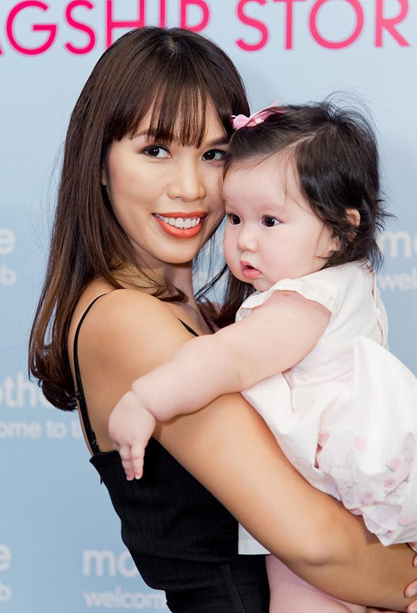 Cô rất mãn nguyện vì sinh được nàng công chúa đáng yêu và có một tổ ấm hạnh phúc ở tuổi ngoài 30.