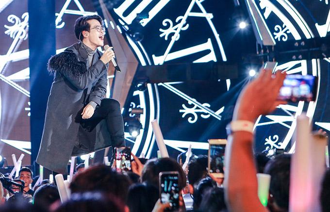 Hàng chục nghìn khán giả hò hét, gọi tên Hà Anh Tuấn khi nghe anh hát Tháng Tư là lời nói dối của em, Radio, 12h...
