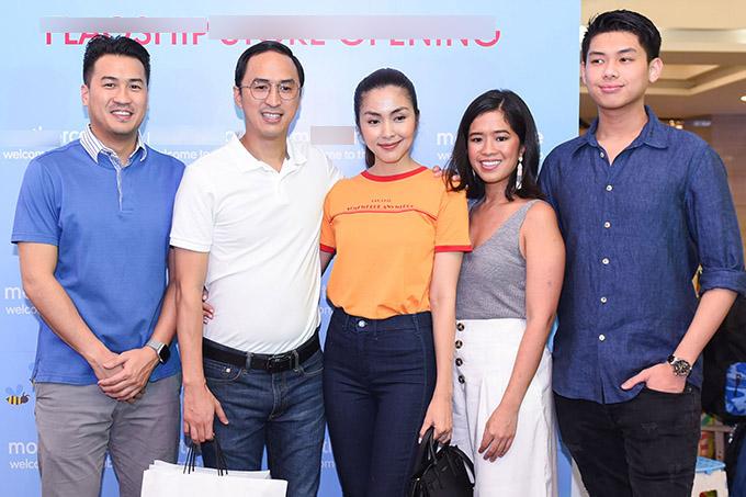 Chồng thiếu gia của Hà Tăng - doanh nhân Louis Nguyễn cùng các em chồng Philip Nguyễn (ngoài cùng bên trái), Hiếu Nguyễn, Thảo Tiên (đầu tiên và thứ hai từ phải qua) cũng dự sự kiện này.