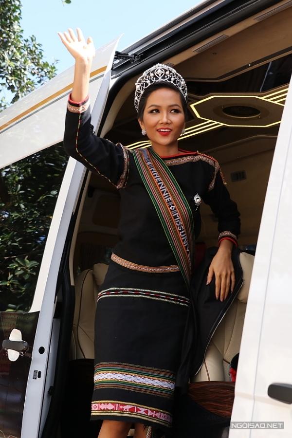 Người đẹp diện trang phục thổ cẩm của dân tộc Êđê, đeo vương miện khi di chuyến về nhà.