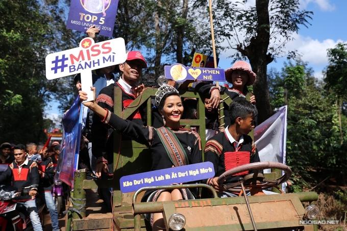 Tại cuộc thi Miss Universe 2018, HHen trình diễn bộ trang phục dân tộc lấy cảm hứng từ bánh mì và gây ấn tượng mạnh với khán giả Việt Nam lẫn quốc tế. Từ đó, nhiều khán giả dành tặng nickname Miss Bánh mì cho người đẹp.