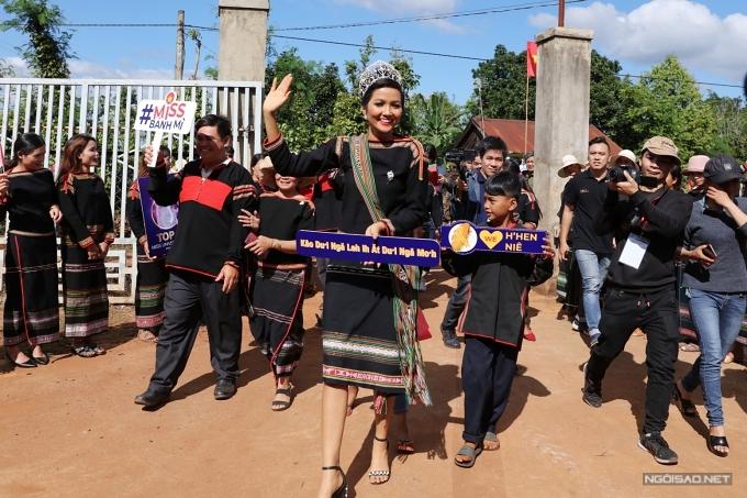 Đương kim hoa hậu sẽ tiếp tục tham gia một số hoạt động giao lưu tại buôn làng và trao học bổng cho các sinh viên nghèo vượt khó trong chuyến đi lần này.