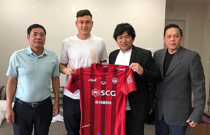 Văn Lâm chụp ảnh cùng ông Trần Mạnh Hùng (Chủ tịch CLB Hải Phòng, trái) và đại diện của Muangthong United. Ảnh: FB.