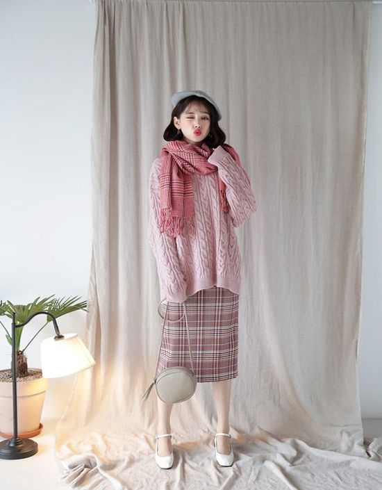 Một cây hồng giúp bạn gái tôn làn da sáng mịn gồm áo len vặn thừng, chân váy ca rô  ton-sur-ton cùng khăn quàng cổ. Để hoàn thiện set đồ, phái đẹp nên chọn phụ kiện gam màu xám nhạt hoặc trắng đi kèm.