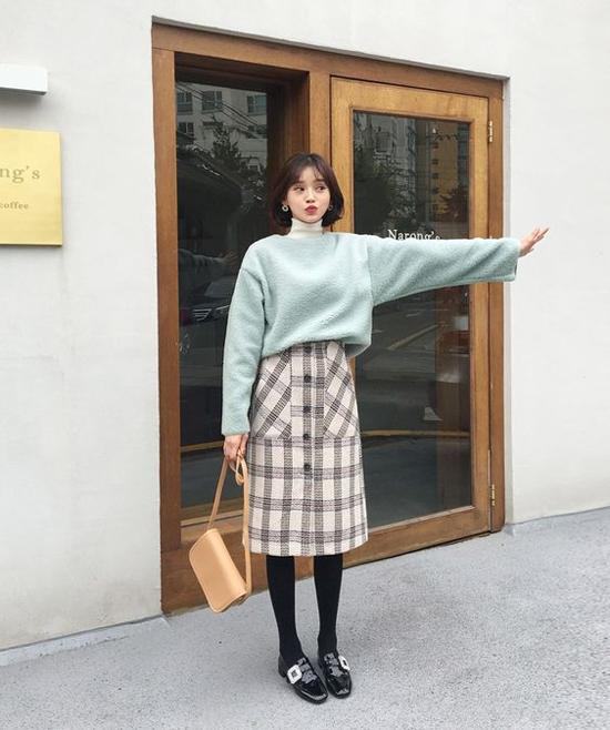 Chân váy suông, chiều dài qua gối dễ mix cùng các mẫu áo len, áo dệt kim và măng tô phù hợp với tiết trời se lạnh.