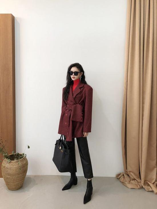 Phong cách dành riêng cho những quý cô muốn thể hiện sự cá tính khi đến văn phòng. Mẫu blazer được biến tấu để mang tới điểm nhấn bắt mắt.