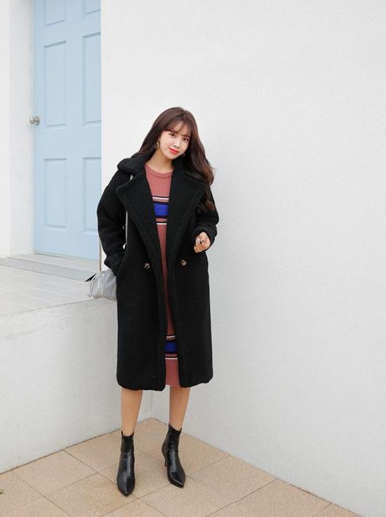 Vào những ngày trời trở lạnh đột ngột, váy len và áo khoác dáng dài vải dạ luôn là người đồng hành lý tưởng với phái đẹp khi đi làm.
