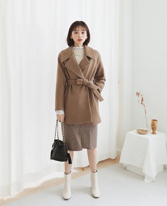 Set đồ ấm áp cho các bạn gái yêu tông màu trung tính gồm măng tô vải dạ, áo dệt kim và chân váy vải bố.