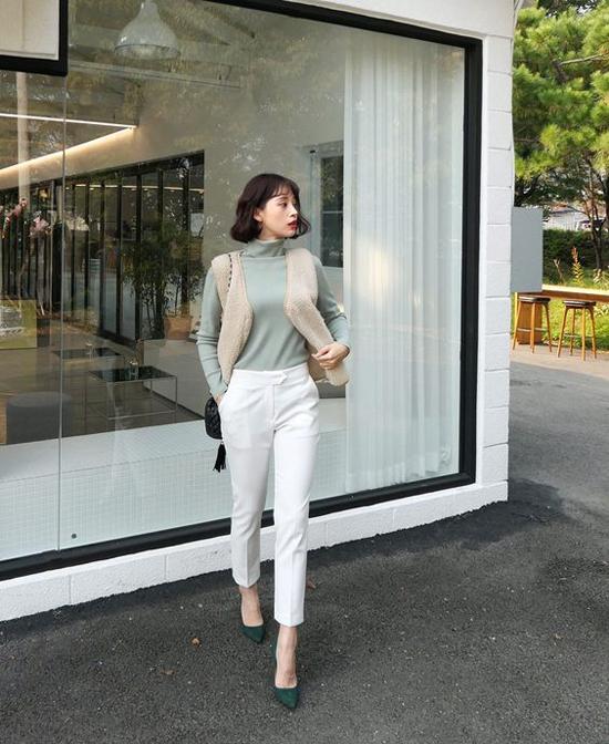 Những cô nàng hiện đại, yêu sự năng động có thể chọn các mẫu quần âu, quần ống côn để phối cùng áo len mỏng đi kèm các mẫu áo ấm trên chất liệu vải dạ, lông và da.