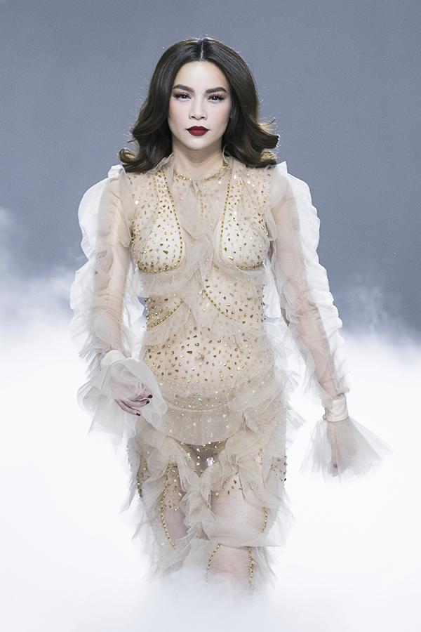 Ca sĩ Hồ Ngọc Hà có mối quan hệ thân thiết lâu năm với nhà thiết kế Lý Quí Khánh nên cô nhận lời đảm nhận vị trí vedette trong show diễn Feminism - Vẻ đẹp của tự do tối 8/1.