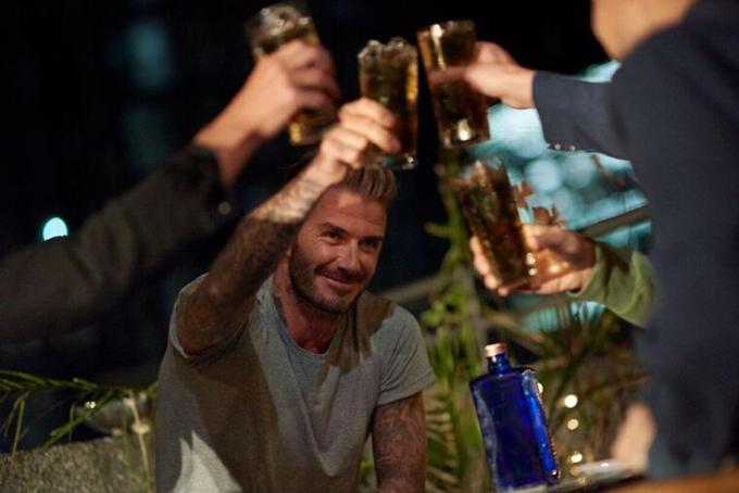 [CaptioBeckham kiếm được những khoản khổng lồ từ hợp đồng quảng cáo với Samsung, Adidas, Pepsi, H&M...và thương hiệu rượu whiskey của riêng mình.Sau khi rời LA Galaxy, Beckham ký hợp đồng 5 tháng vớiParis St-Germain và tuyên bố dành toàn bộ tiền lương được trả tại đây để làm từ thiện vì trẻ em.Danh thủ này chính thức giải nghệ vào cuối mùa giải.
