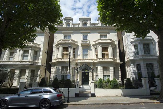 Kể từ năm 2018, gia đình Backham đã chuyển tới sống tại dinh thự 45 triệu USD ở Holland Park, phía tây London. Ngoài ravợ chồng Backhamcũng sở hữu một căn biệt thự ở vùngđồng quê Cotswolds, miền trung nước Anh.