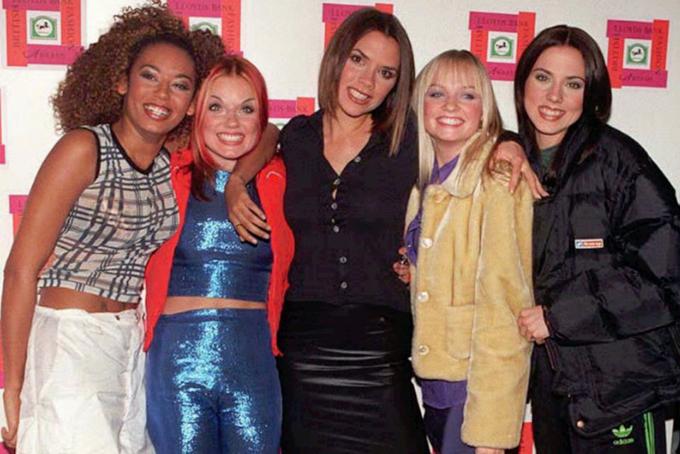 [CaptiTrong khi đó, vợ của Beckham - Victoria Beckham là một trong những người nổi tiếng và có ảnh hưởng nhất tại Anh. Cô bắt đầu nổi tiếng từ khi là một thành viên của nhóm nhạc nữ Spice Girls. Với những thành công với loạt album đình đám và lấn sân sang điện ảnh, nhóm nhạc này nhận được những hợp đồng quảng cáo béo bở, đồng thời cũng kiếm được không ít từ việc nhượng quyền tên gọi cho búp bê, nước hoa Spice Girls...