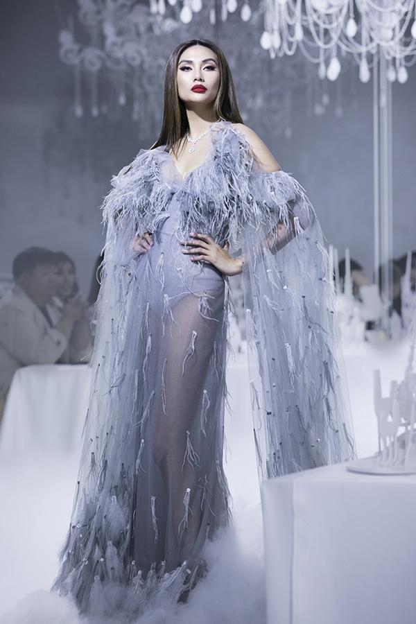 Hoàng Yến là gương mặt không thể thiếu trong các show diễn thời trang uy tín của làng mẫu. Chia sẻ với Ngoisao.net, người đẹp không quan tâm vị trí trình diễn mà chỉ mong muốn bộ trang phục phù hợp, giúp cô thể hiện được tinh thần bộ sưu tập một cách tốt nhất trên sàn diễn.