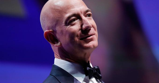 Jeff Bezos là tỷ phú kiếm tiền nhiều nhất năm 2018, tăng 27,9 tỷ USD tài sản, tương đương mỗi ngày có thêm hơn 75 triệu USD. Ảnh:Paul Morigi/Getty.