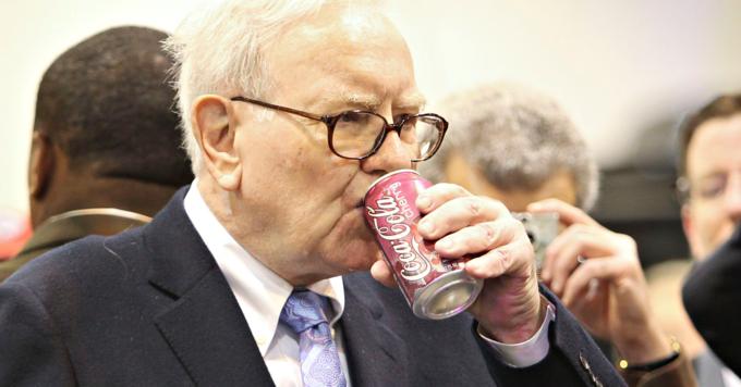 Warren Buffet nghiện Coca-cola vị anh đào, mỗi ngày uống vài lon. Ảnh:Bloomberg.
